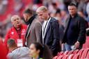 Donny van de Beek op de tribune bij het duel met Eintracht Frankfurt, naast Klaas Jan Huntelaar.