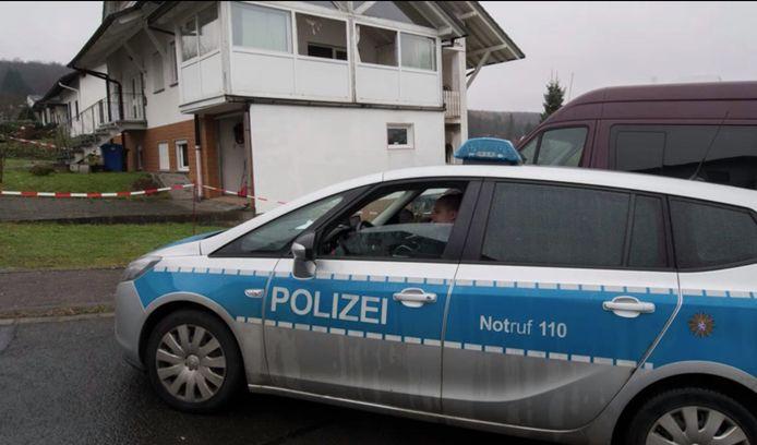 De politie aan het huis van de slachtoffers, op de dag van de aanval.