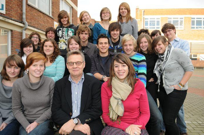 Jacques T'Kindt in 2009 tussen zijn leerlingen van de Sint-Laurensschool , toen als kersvers 'Leraar van het jaar'.