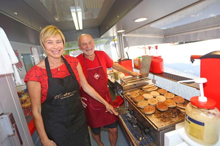 Peggy Vleeschauwer en haar vader Robert in het hamburgerkraam.