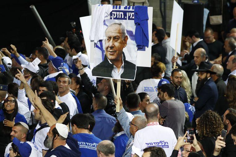 Aanhangers van Netanyahu verzamelen zich voor de uitslag van de verkiezingen. Beeld AFP
