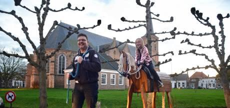 Kany (8) galoppeert op haar levensgrote houten paard door Zeeland