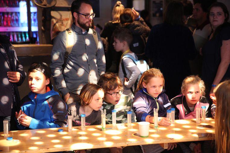 Proefjes op Expeditie Next, een wetenschapsevenement voor de jeugd in Rotterdam. Beeld Arie Kievit