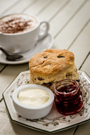 Scone met jam en clotted cream.