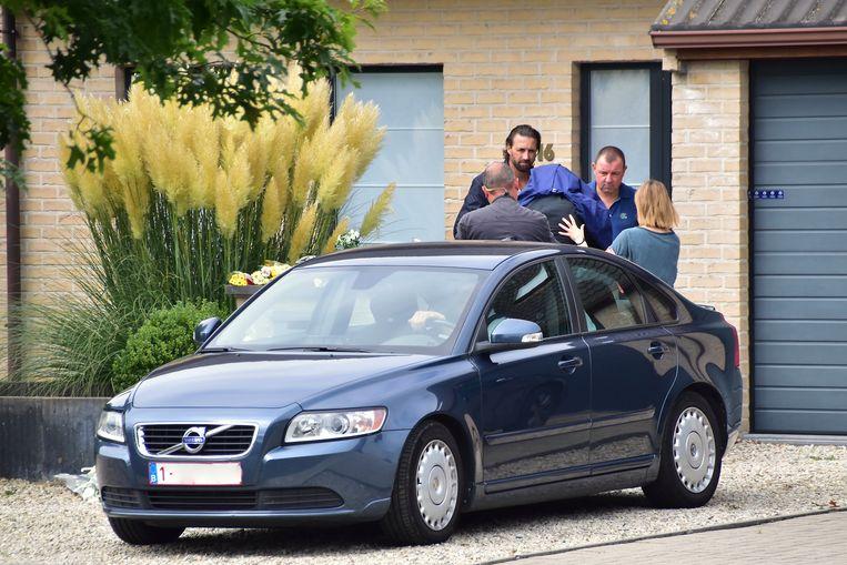 Dader Pol M. (45), onherkenbaar door de politiejas op zijn hoofd, wordt de woning binnengeleid waar hij afgelopen weekend zijn echtgenote Ellen D'hooghe (37) om het leven bracht.