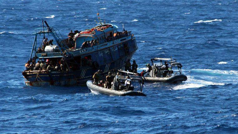 Archiefbeeld: Sloepen van een Nederlands marinefregat naderen een boot met vluchtelingen op de Middellandse Zee Beeld anp