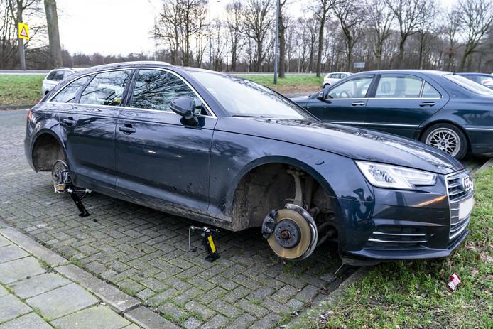 Wielen van auto gestolen in Den Hout.