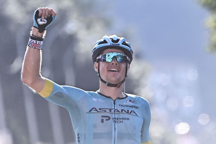 Jakob Fuglsang komt na 231 kilometer door Lombardije juichend over de finish in Como.