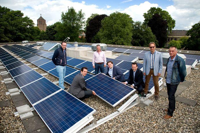 Zonnepanelen plaatsen, zoals hier op het gemeentehuis in Tiel, vereist specialistische arbeidskrachten. S-TEC wil ze gaan opleiden