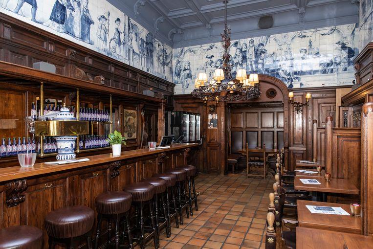 Het historische cafégedeelte met het gerestaureerde tegeltableau van Delfts Blauw. Hotel restaurant Die Port van Cleve bestaat 150 jaar.  Beeld Dingena Mol