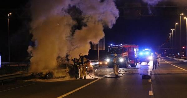 Auto vliegt in brand bij botsing op A50 bij Beekbergen.