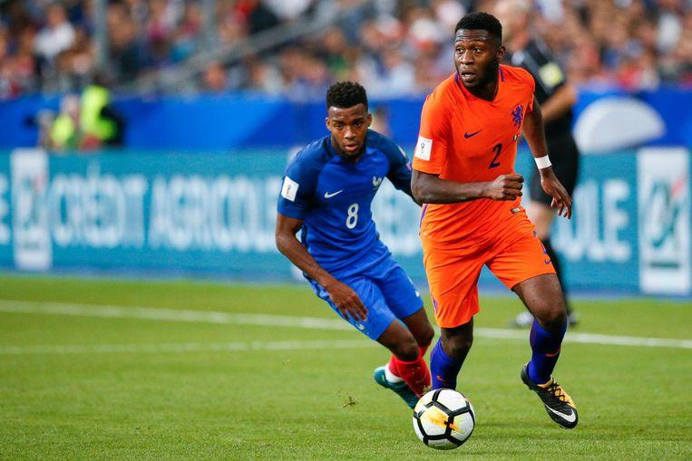 Timothy Fosu-Mensah in duel met Thomas Lemar van Frankrijk tijdens aan de WK-kwalificatie Frankrijk tegen Nederland. Beeld anp