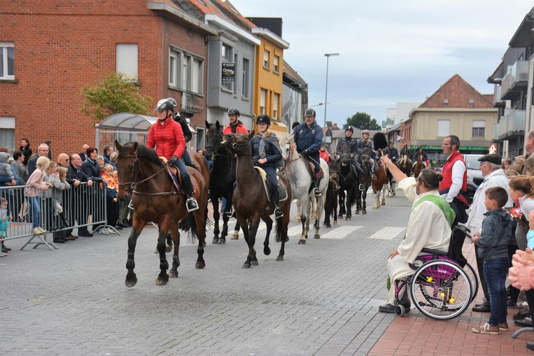 Diaken Stijn Hantson zegent de paarden vanuit zijn rolstoel.