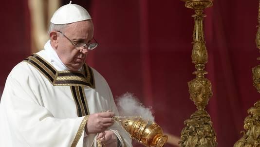 Paus Franciscus bij het altaar.
