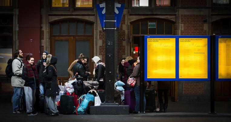 Gestrande reizigers op Amsterdam Centraal. Beeld anp