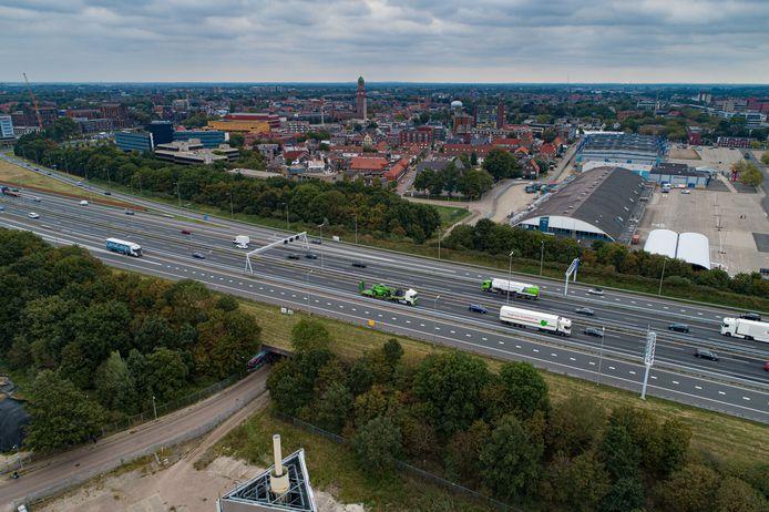 Zwolle, met op de achtergrond de binnenstad en rechts de IJsselhallen, het evenementencomplex dat wijkt voor huizen.