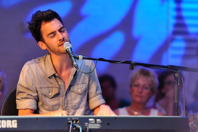 Tom Schraven tijdens een optreden in Dorpshuis Angeren.