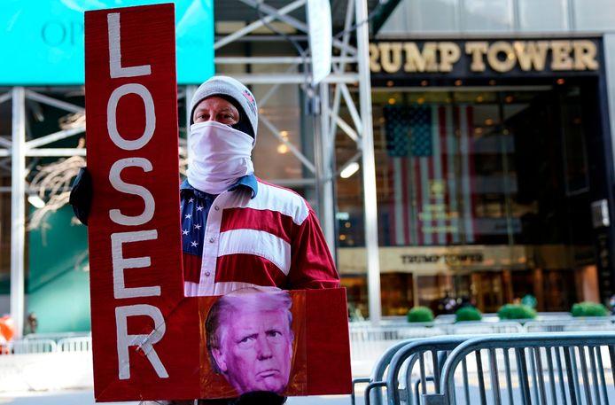 Een demonstrant bij de Trump Tower op 6 januari op het moment dat het Capitool werd aangevallen door Trumpsupporters.