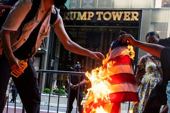 Demonstranten verbranden op Independence Day de Amerikaanse vlag voor de Trump Tower in New York.