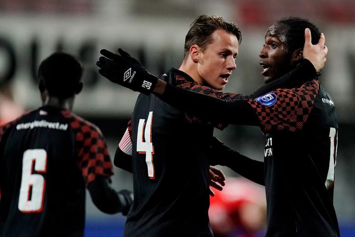 Sekou Sidibe (rechts) scoorde tweemaal en verklaarde na afloop dat hij vanaf de tribune was uitgemaakt voor Zwarte Piet.