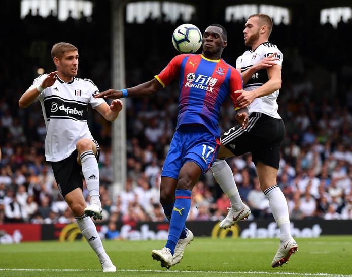 Crystal Palace-spits Christian Benteke (m) in actie tegen Fuham.