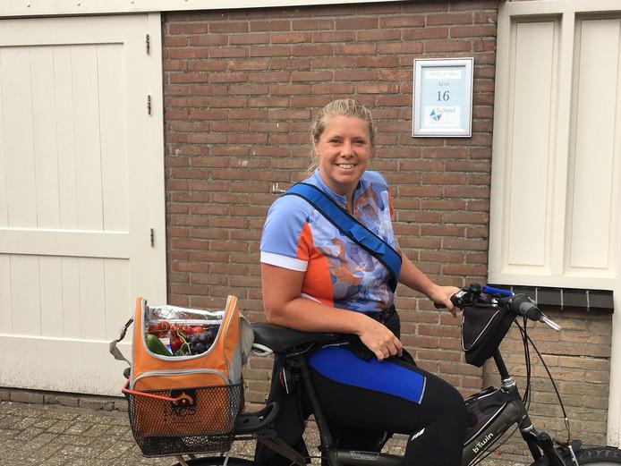 Marja van der Ende fietst voor haar maaltijd.