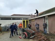 Vrijwilligers uit Markvelde houden plein van lege school netjes