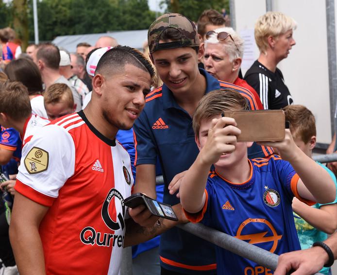 Toenmalig Feyenoord-speler Gustavo Hamer met fans bij de wedstrijd tussen SDC Putten en Feyenoord in 2017.