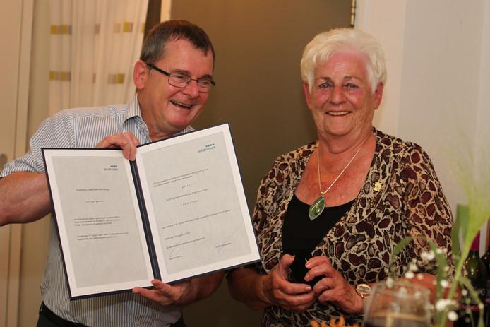 Wethouder Hans van de Looij  reikt de Erespeld van de gemeente Veldhoven uit aan Francien Dullaart.