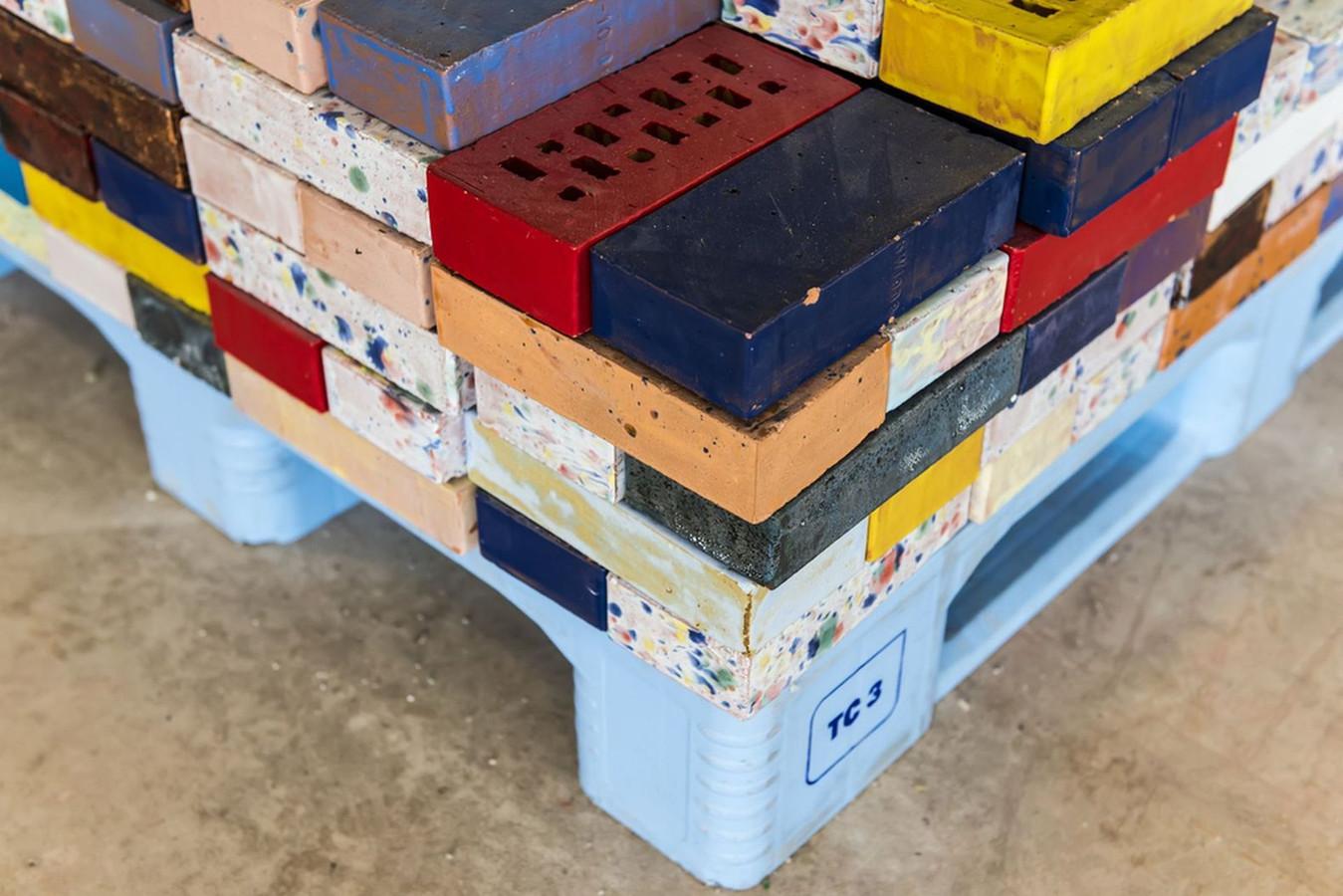 ,,Een stapel gekleurde en geglazuurde bakstenen wordt een driedimensionaal schilderij, waarvan de compositie aan verandering onderhevig is,'' stelt de jury.