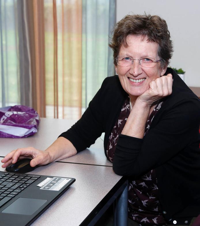 Fien Bussens is vrijwilliger bij internetcafe Blaauwe Hoeve in Hulst.