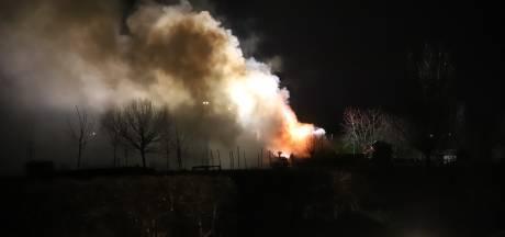 Grote brand in woning met rieten kap in Maasbommel, rook trekt richting Altforst