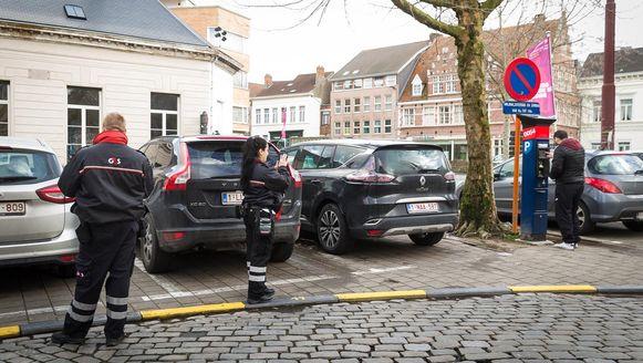 Parkeerwachters en parkeermeters bij Sint-Jacobs in Gent, één van de onderdelen van het nieuwe mobiliteitsplan.