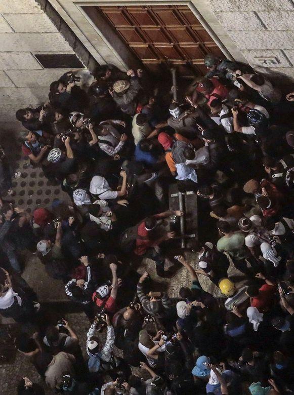 Betogers proberen de deur van het stadhuis in São Paulo te rammen.
