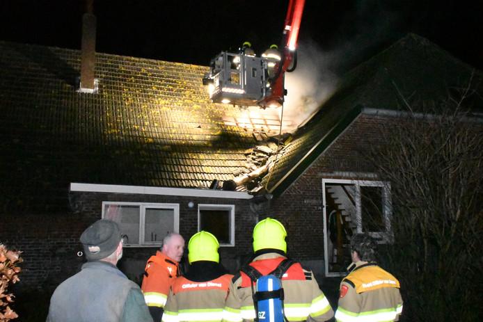 De brand in Kekerdom werd onder meer vanuit een hoogwerker bestreden.