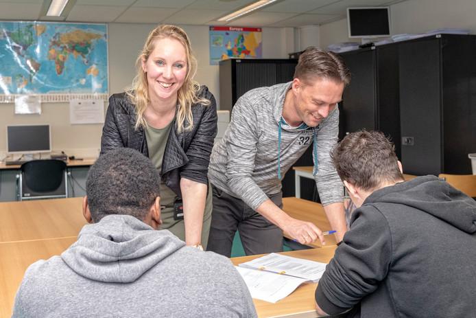 De docenten Bianca en Ronald werken in het leslokaal van de Alphense gevangenis met gedetineerden Roëll en Marco aan hun Algemene Ondernemersvaardigheden. In de PI Alphen kunnen gevangen hun ondernemersdiploma halen.