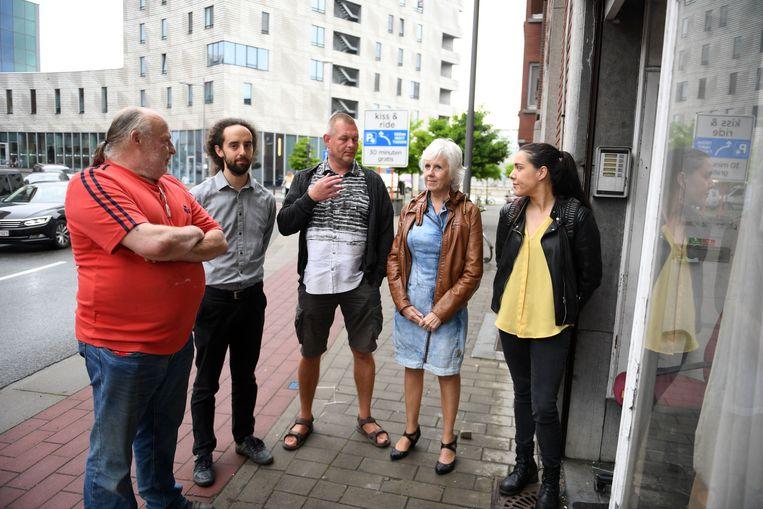 Buurtbewoners Stijn, Bernard, Marko, Manuela en Marianne zijn de fratsen van de kraker beu.