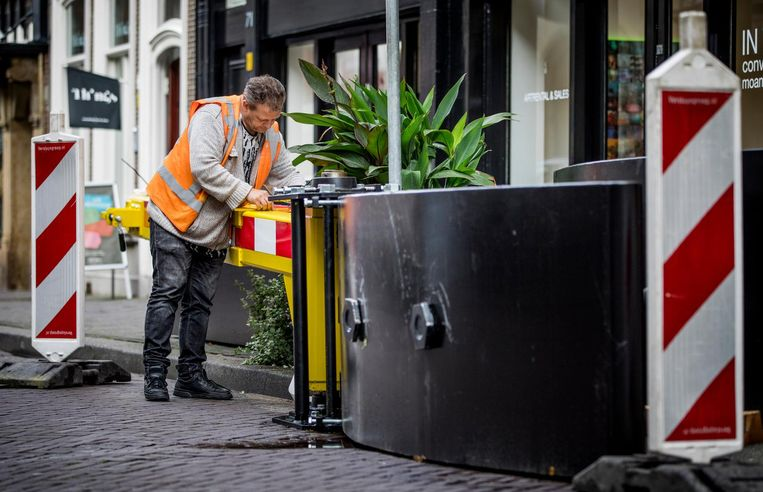 Vanwege de veiligheid worden wegblokkades aangebracht in de Haagse binnenstad. Beeld Freek van den Bergh / de Volkskrant
