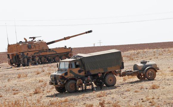 Turkse soldaten rusten uit bij de Syrische grens.