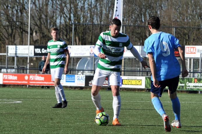 Nuenen-middenvelder Lars van Stipdonk aan de bal tegen Minor.