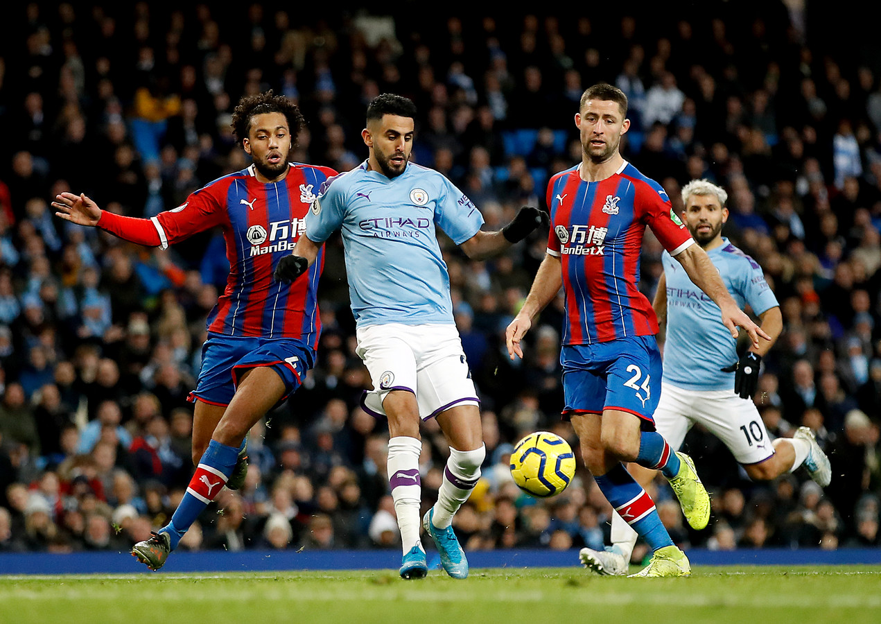 Riyad Mahrez in actie namens Manchester City tegen Crystal Palace.