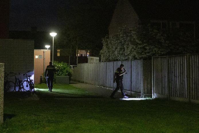 Buurtbewoners hebben vanavond een gewonde man gevonden aan de Venkel in Nijverdal.