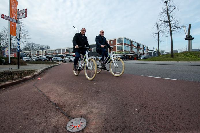 Wethouder Jannes Jansen en gedeputeerde Bert Boerman fietsten in februari een rondje over de rotonde met de lichten in het wegdek.