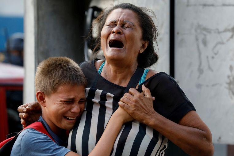 Familieleden van arrestanten in het hoofdcommissariaat van het politiedistrict Carabobo wachten op straat bang af en reageren emotioneel op nieuws over de slachtoffers.