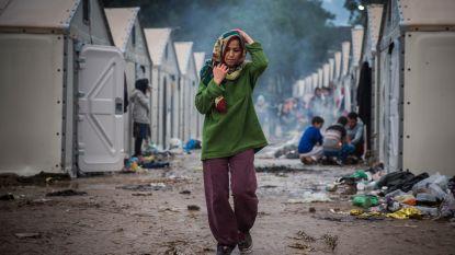 """Oxfam: """"Vrouwen in onveilig vluchtelingenkamp Lesbos dragen 's nachts luier om tent niet te moeten verlaten"""""""