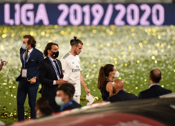 Gareth Bale loopt het veld af na de huldiging van de landskampioen