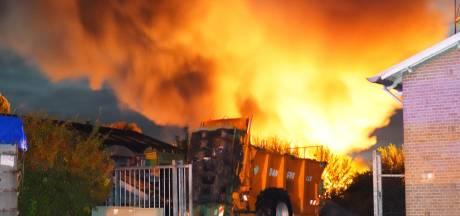 Politie gaat uit van brandstichting bij vlammenzee autobedrijf in De Krim, eigenaar aangeslagen