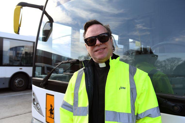 Filip Steeno trekt van het monnikenklooster naar De Lijn. De ietwat gekke, drummende pater neemt een sabbatjaar en werkt nu op de technische dienst van vervoersmaatschappij.