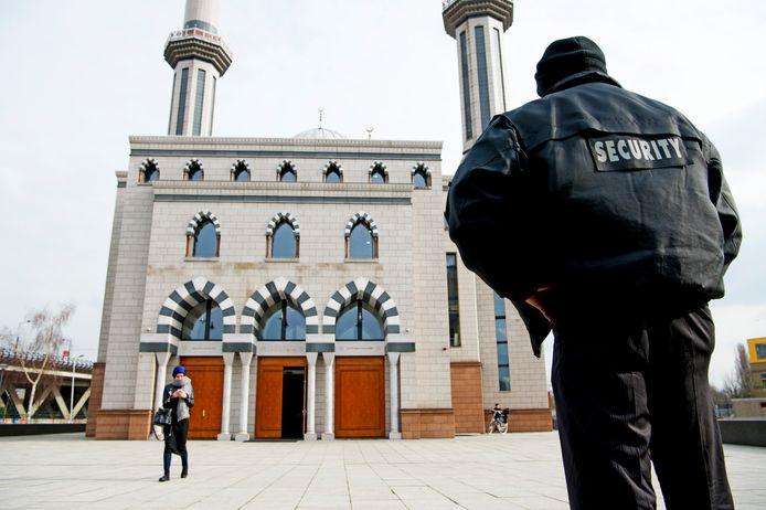 De Essalam moskee in Rotterdam werd al eerder beveiligd na een dreigbrief.
