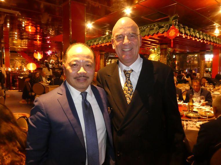 """Michael Hu, voorzitter van Fine Eastern Restaurants (FER) en Erik Post, presentator van de avond: """"Vroeger was het 'Sambal bij?', nu is het 'Champagne bij?'"""" Beeld Hans van der Beek"""